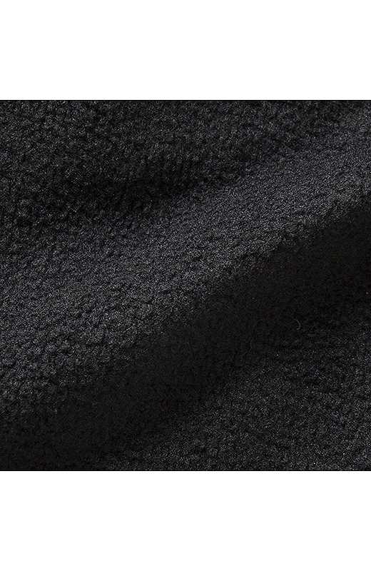 膨張して見えないようにぬくもりキープでも薄手素材をセレクト。
