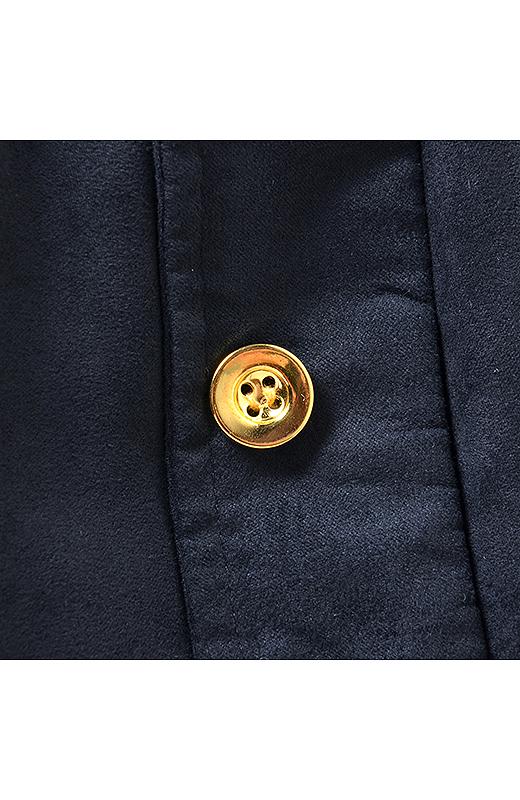 ポケットにはアクセントになるゴールドのボタン。