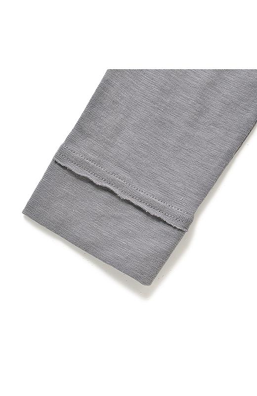 袖口やすそは切りっぱなし始末のデザインもあり。