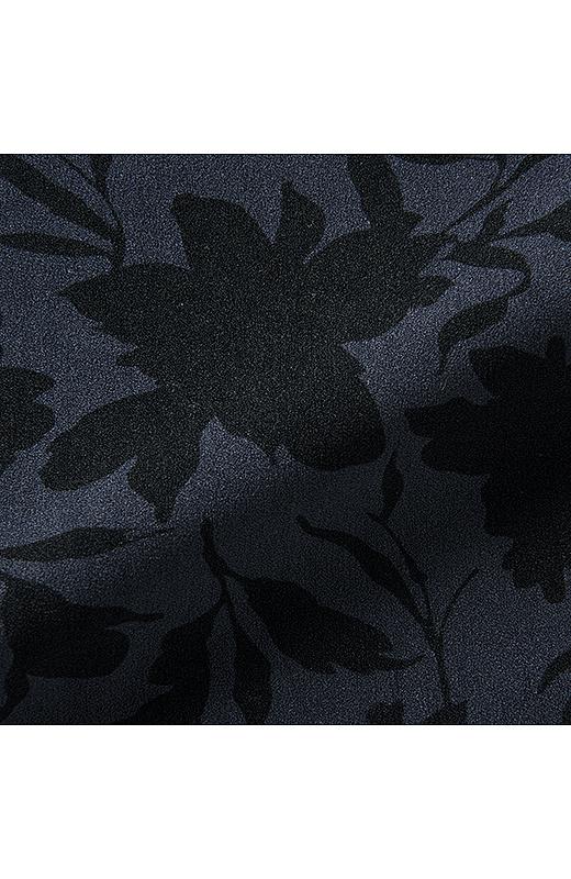 シルエットのプリントでシャープ&シックに花柄を表現。