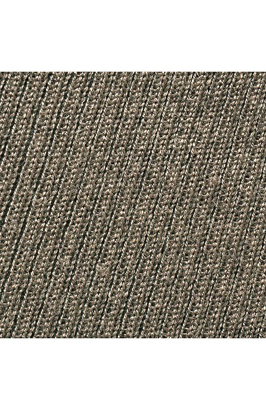 レーヨン・ウール混のしなやかな肌ざわりと伸びやかな着心地。縦に入ったリブですっきり見せ。