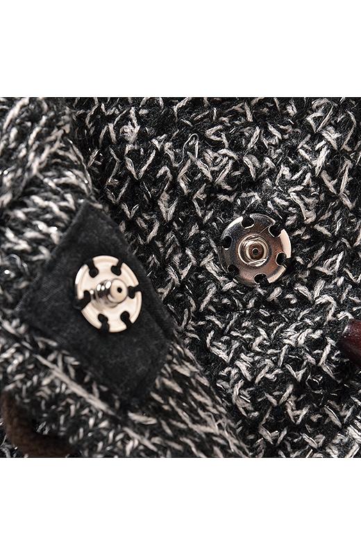 トラッドテイストのトグルボタンで、きちんと感をアップ。衿もとがだらしなく見えないように内側にもスナップボタンを付けました。