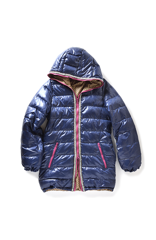 好きなところまでググッとファスナーを上げられる仕様。首もとまでがっちりガード! 袖口とすそはゴム遣い。風が入りにくく暖か。配色ファスナーのポケットのわきに、スラッシュポケットが。中はフリースで手を入れてぬくぬく。