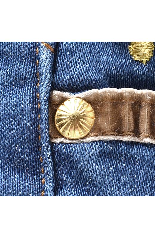 前ポケット口のベロアテープの縁取りや金色リベットで、かわいさUP!