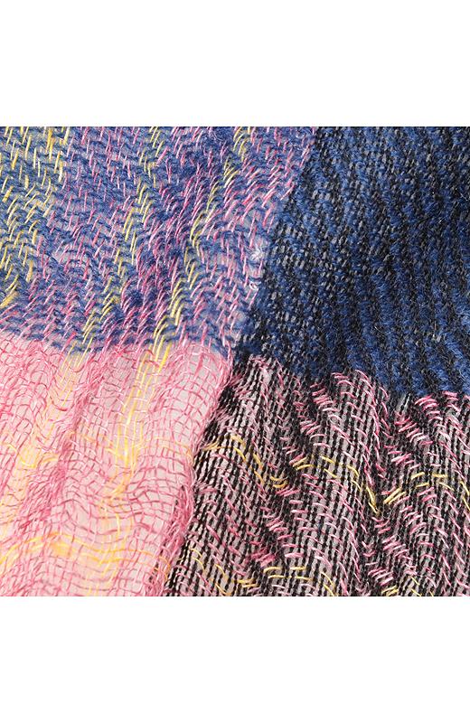 やわらかなウールと、少し光沢感のある麻がミックスされた織りがいい感じ。