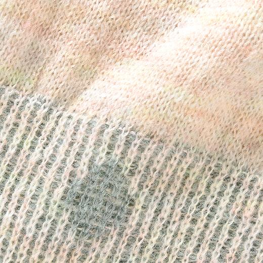 薄手のふんわりニット素材。