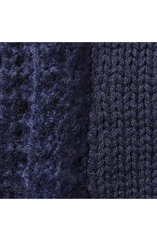極太糸で編み立てたローゲージニットは、やさしい着心地。後ろ身ごろは別柄のケーブル遣いで変化をつけてほっそり見せを工夫しました。