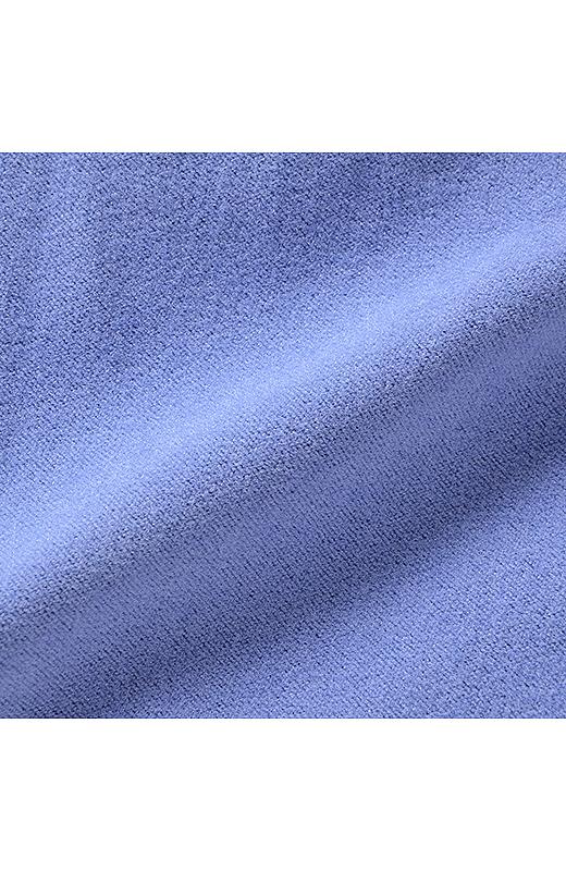裏面はパウダリー調の起毛加工でなめらかな肌ざわりで暖か。