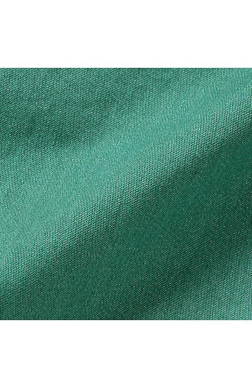 伸縮性のあるサテンストレッチ素材を使用。らくちんなはき心地でもきれいな表情。