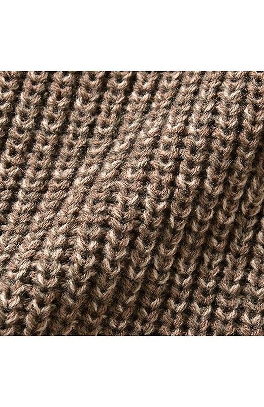 糸をミックスして杢調にした表情豊かなざっくりとした編み地のニット使用。