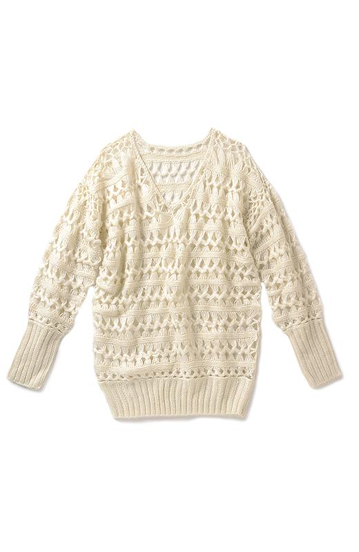 ふんわりした毛糸で編み上げて、透け感も絶妙に。すとんと着るだけでオシャレ。