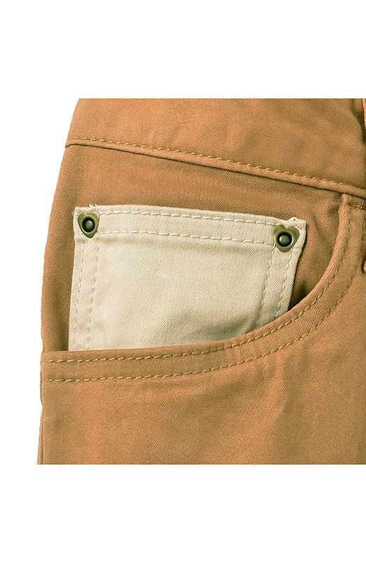 ハート形のリベットや、配色遣いのコインポケット。ちらっと見えたときに、ハッとカワイイ。