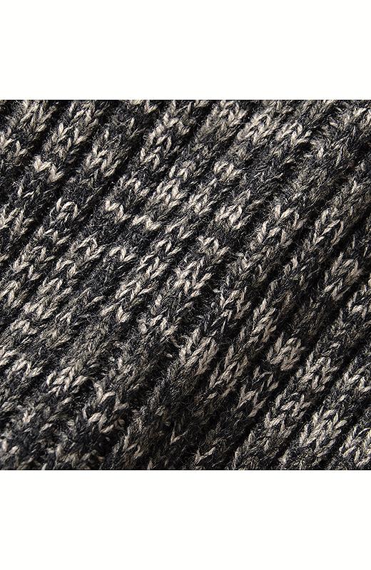 糸をミックスして杢調にした表情豊かなざっくりとした編み地のニットを使用。