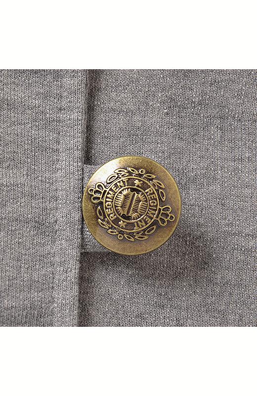 紋章風の刻印が入ったアンティークゴールドのボタンもニュアンスたっぷり。