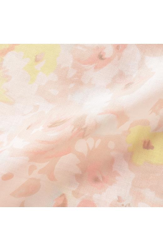 ふんわり軽いコットン100%。水彩タッチの花柄プリントも華やか。