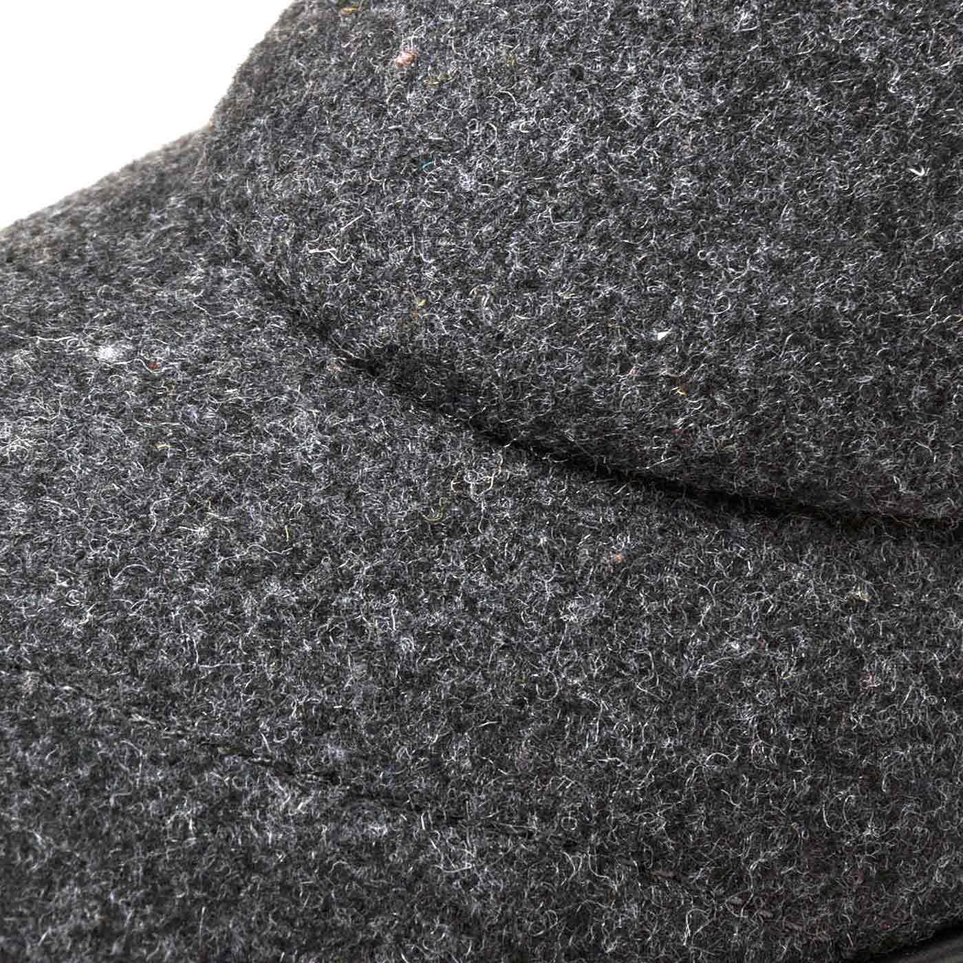 ウール混のフェルト素材。上質感のある素材で着こなしを格上げ。
