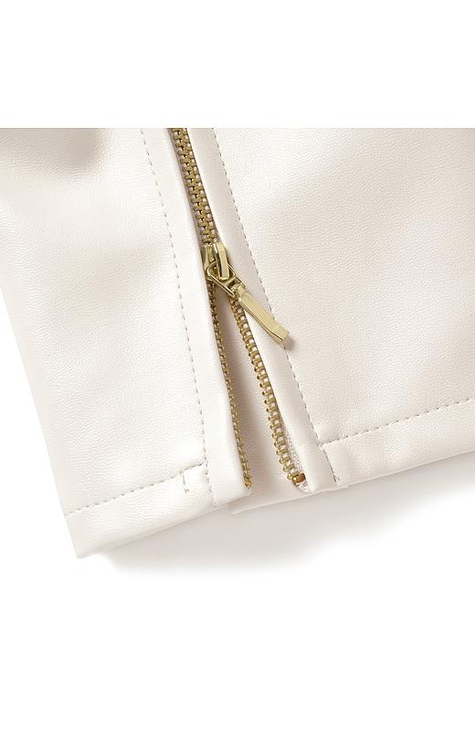 すそはジッパー付きのスリットデザイン。肌に直接金属が当たらない仕様です。