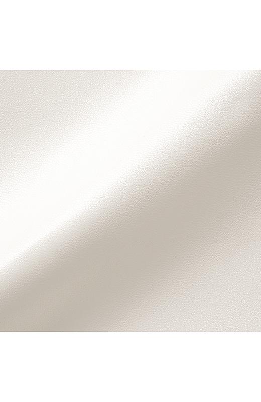 ソフトレザー調のスムースな合皮素材は、はくほどに脚になじみます。