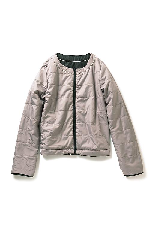 裏返せば上品なピンクグレージュカラーのショート丈コートに。