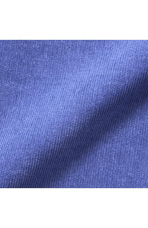 細ウネのコーデュロイ素材はポリウレタン混で伸縮性も抜群。裏側は微起毛なので素足でもはき心地抜群。