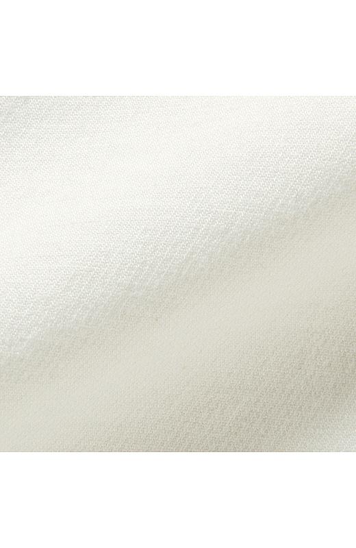 レーヨン混のきれいめ素材は伸び感も抜群。