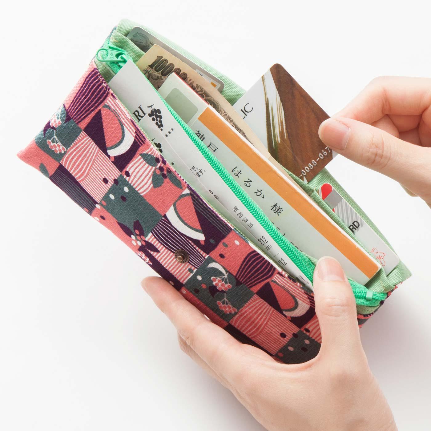3部屋構造で、お札・小銭・カード・通帳をすっきり整とんして収納。