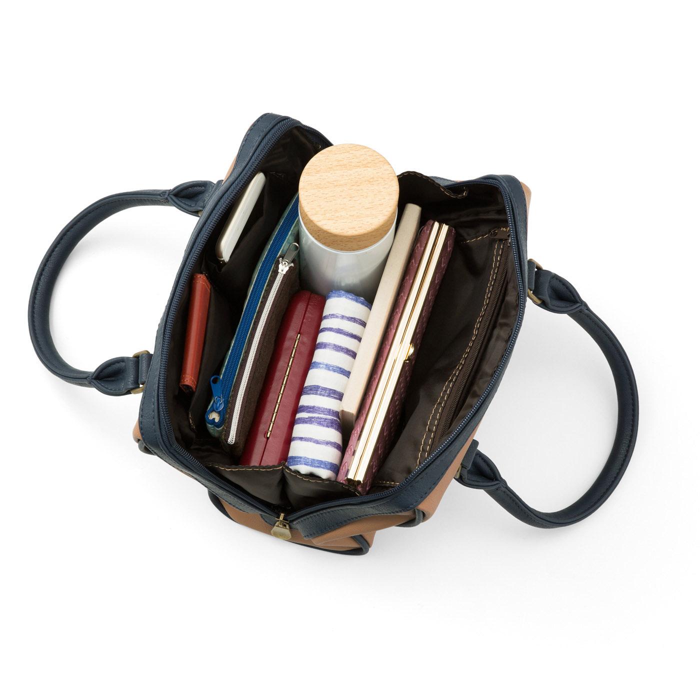 お出かけ必需品がしっかり収納できるサイズ。大・小3つの内ポケット付き。