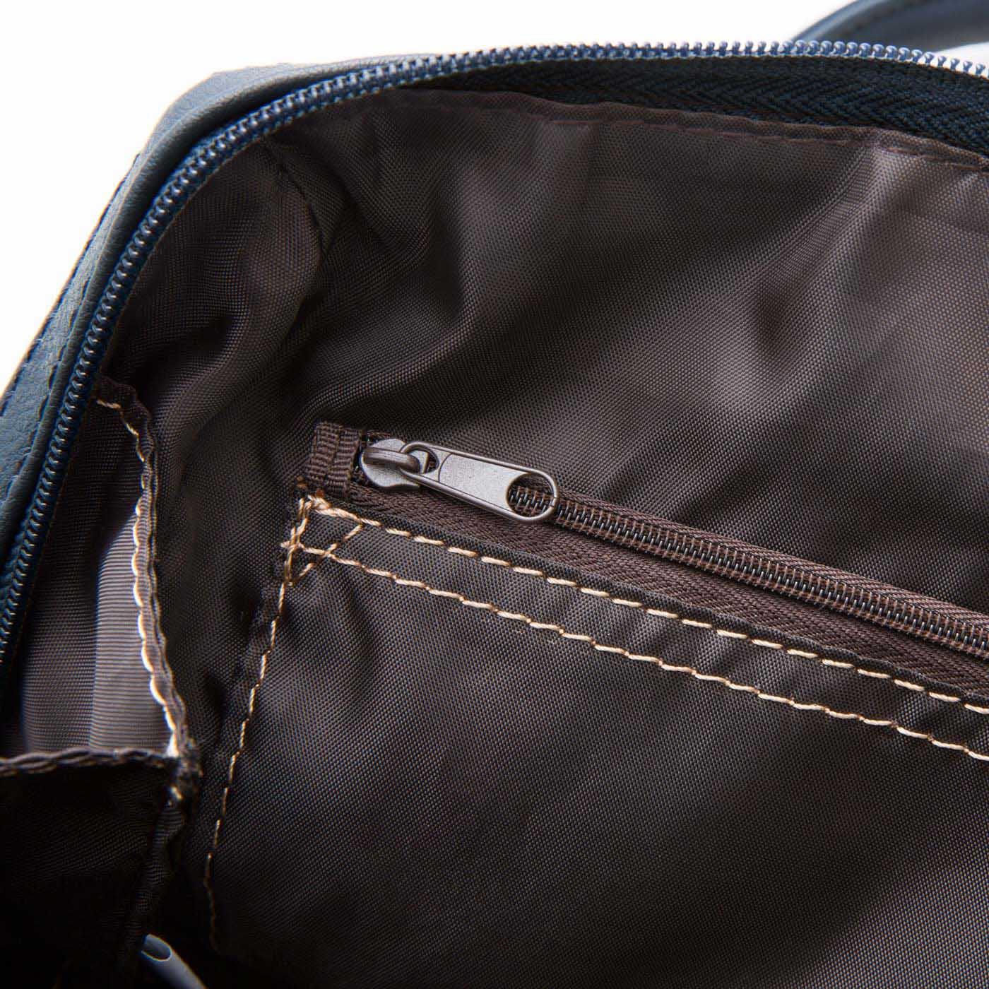 内側に配色ステッチをほどこし、バッグの中を明るく見やすい仕様に。