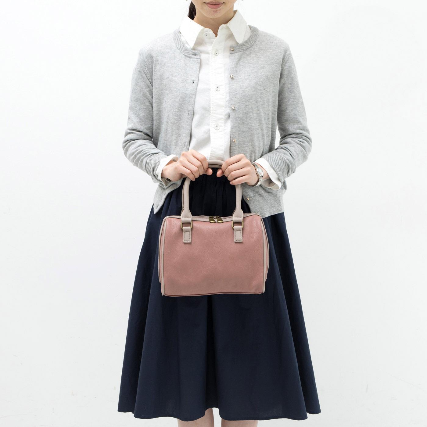 〈グレイッシュピンク〉 ウラ(ハンドバッグ) 裏側はシンプルデザイン。通勤やよそゆきなどの上品スタイルにぴったり。