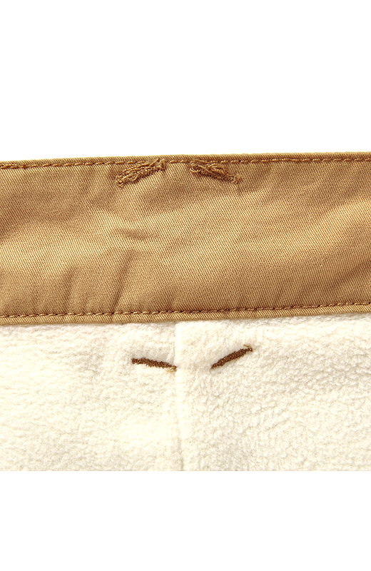 微起毛素材で肌ざわりなめらかな表地に、肌当たりがやさしいフリース裏地です。