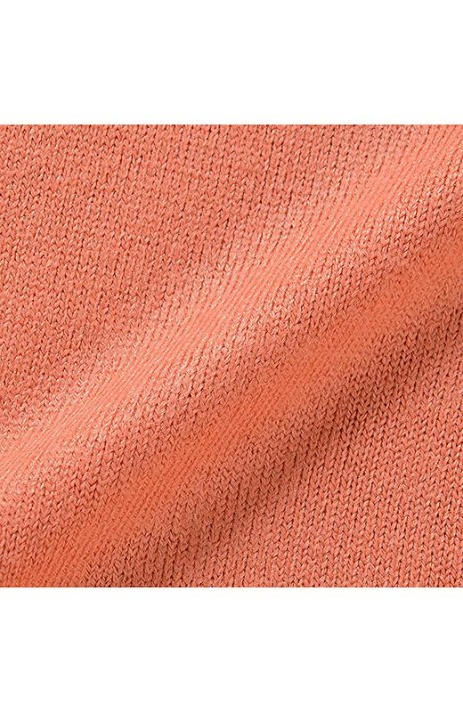 カシミアみたいな素材は、ふわんと肌を包み込むやわらかさ。大人なニュアンスがある表情も着やすいポイントです。