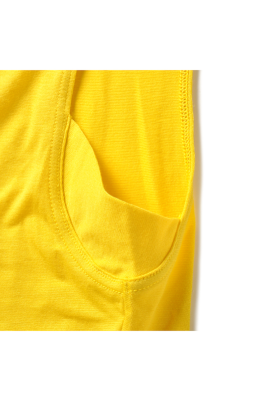 さわやかな着心地の吸汗速乾素材を使用。気になるわきには、布を二重にしたわき汗パネルでさらり。