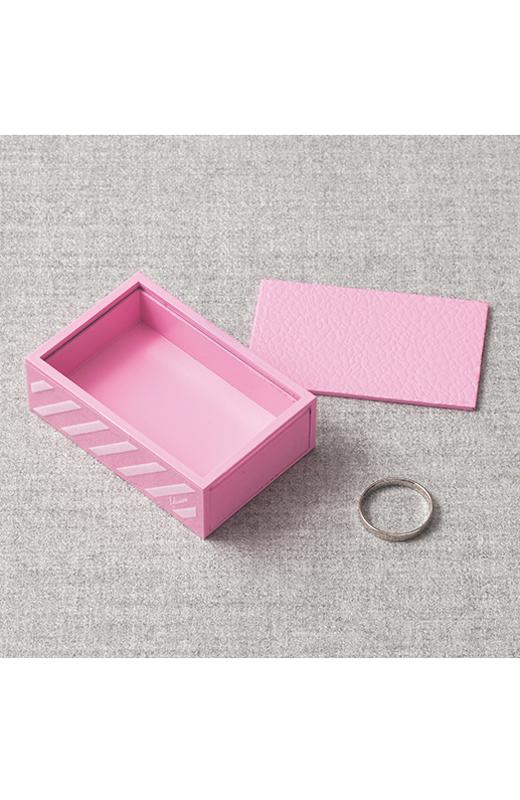 箱に入れたはずの指輪が、いつの間にか自分の指に瞬間移動する驚きのマジック!