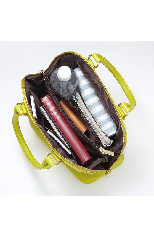 真ん中はファスナー付き仕切りポケットで使いやすさ抜群。内ポケットは全部で4つあります。