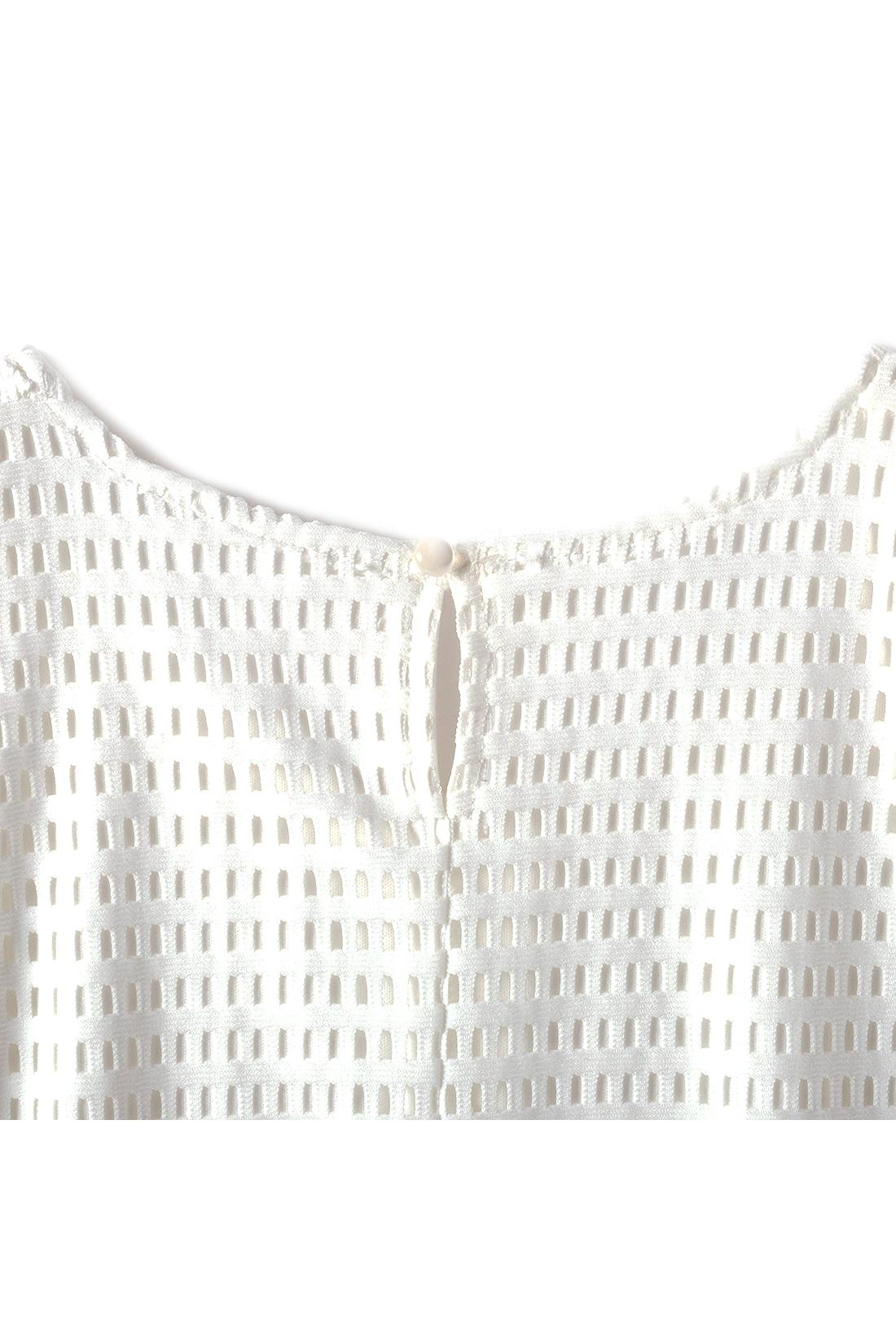 BACK 涙開きデザインと小さめのつややかボタンが、バックスタイルを美しく見せるポイント。