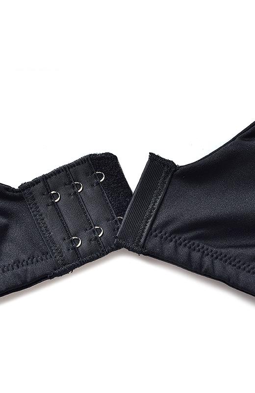 ブラは安定感のある幅広ホック仕様で、グラマーさんのバストをしっかりきれいにホールド。