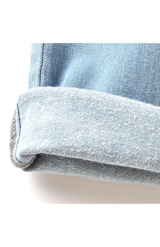 少しの加工で起毛できる三つ綾織りの特徴を生かして、薄手でありながらふんわり裏起毛を実現。