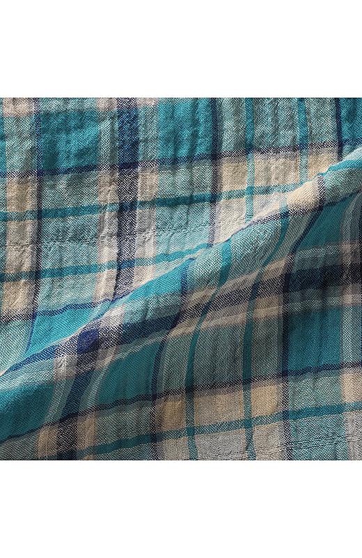 綿にポリウレタンを混紡した、凹凸感のある表情豊かな織り素材。ノンアイロンで着られます。