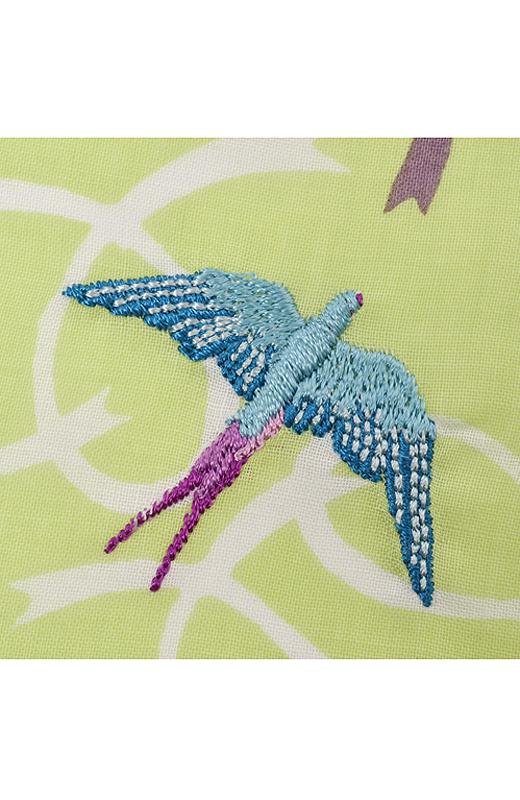 2枚のうち一枚のどこかに青い鳥が刺しゅうされています。見つけてみてね。