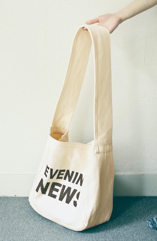 たっぷりとしたバッグのまち幅と肩に食い込みにくい幅広ショルダーストラップ。