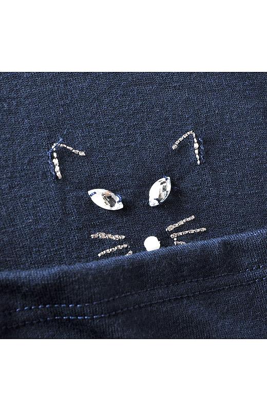 「こっそり、だけどいつも一緒に猫といたい」という猫好きさんの意見から生まれたデザイン。ビジューとパール、ステッチで表現された猫が……続きはお届けをお楽しみに!