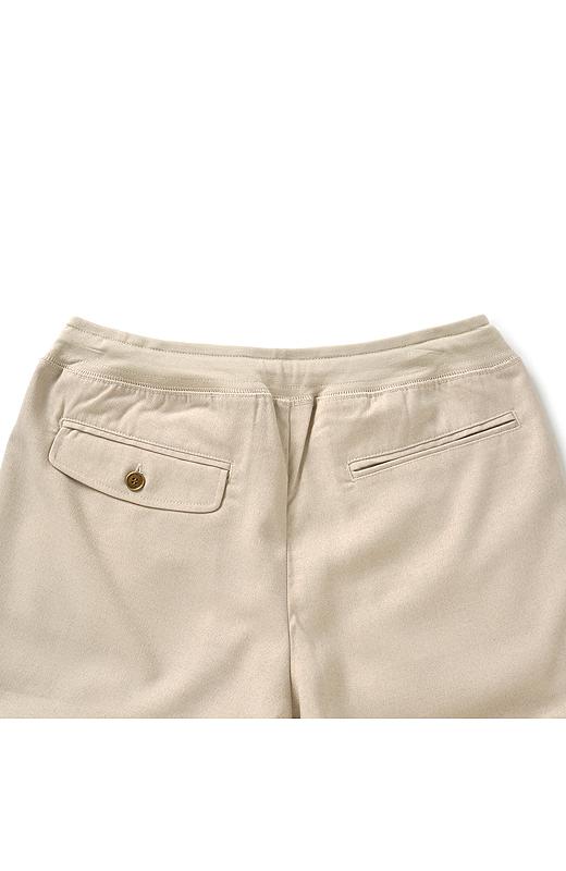 Back ヒップを小さく高く見せるポケット遣いでバックスタイルも美しく。