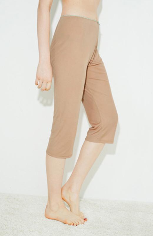 ひざが隠れる丈感だから、ひざ裏の汗をしっかりガード。お届けの商品とはカラーが異なります。