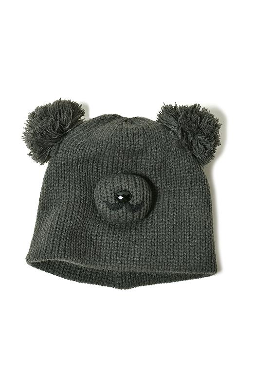 ポンポンでできた耳が愛らしい、やんちゃなクマのニット帽。コロンとしたお鼻がご愛きょう!