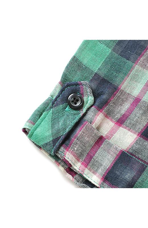 袖はこなれたロールアップ風デザイン。
