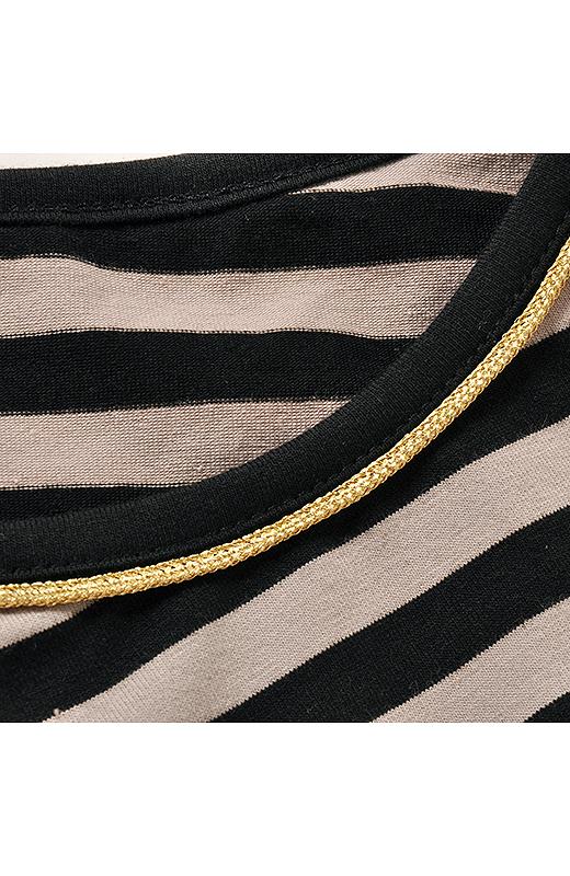きらりと光る衿ぐりのブレードでアクセなしで顔まわり華やか。
