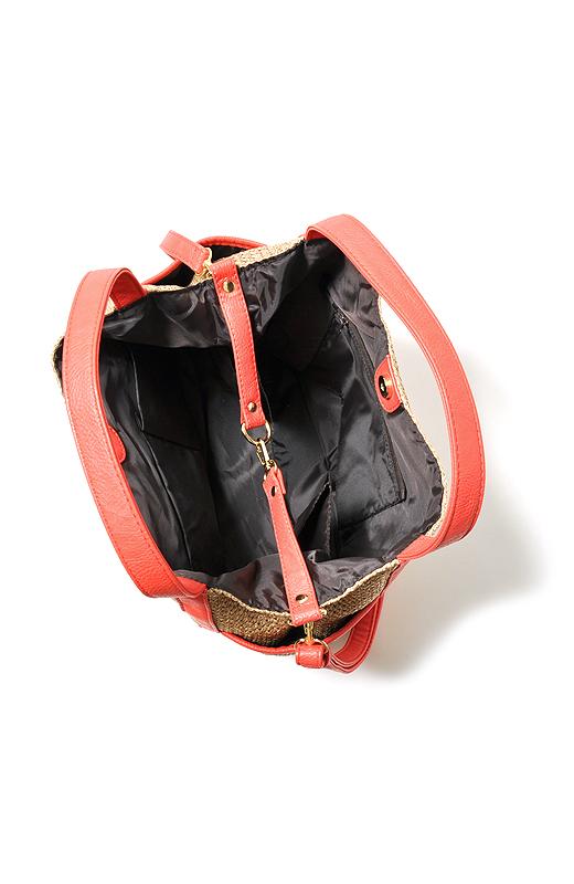 ポケットは内側と外側に3つずつで大充実!さらに、ペットボトルホルダーも付いています。
