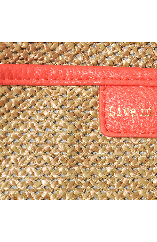 ゴールドのロゴでちょぴりきれいめに。麦わら帽子みたいな素材と、フレッシュなオレンジピンクのコンビネーション。