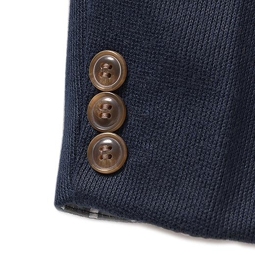 袖口の3つボタンが上質感たっぷり。