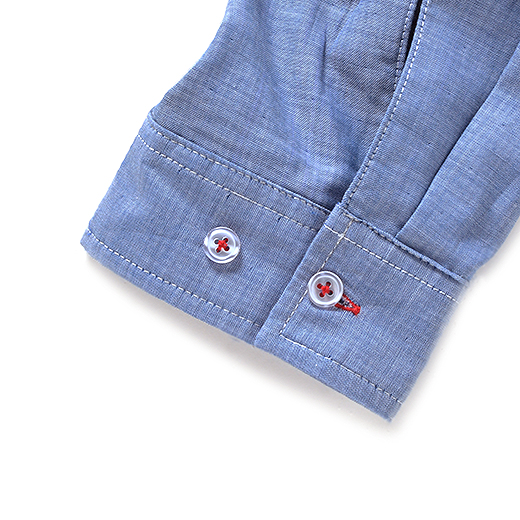 袖まわりが調節できるダブルボタン。日差しが気になるときは袖を伸ばして、手の甲までしっかりガード。